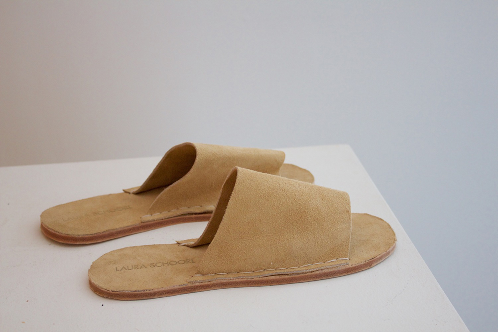 Laura Schoorl tan suede slides